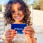 Te sorprenderás de lo que esta niña hace a los 2 años, ahora es miembro de Mensa.